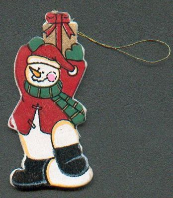 Bonhomme de neige en bois avec cadeau