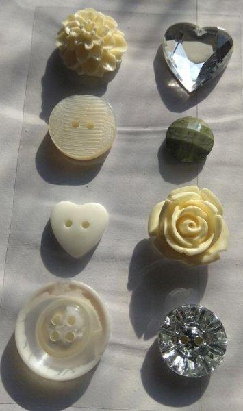 Boutons acrylique  motif divers lot de 8 pièces 2 cm