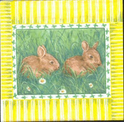 Serviette papier motif 2 lapins de Paques dans l'herbe